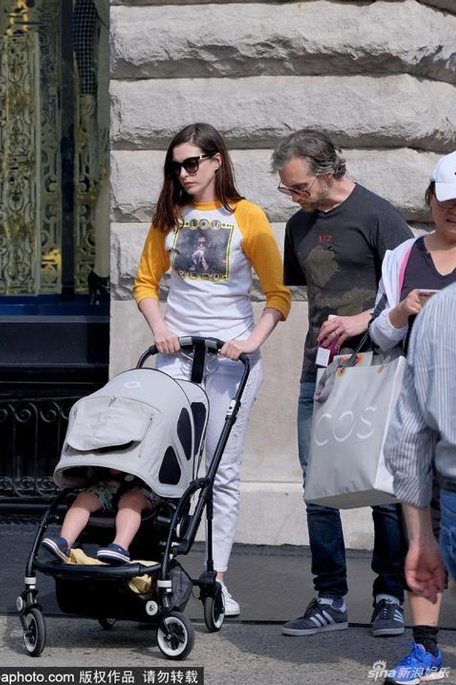 海瑟薇夫妇推婴儿车街头散步
