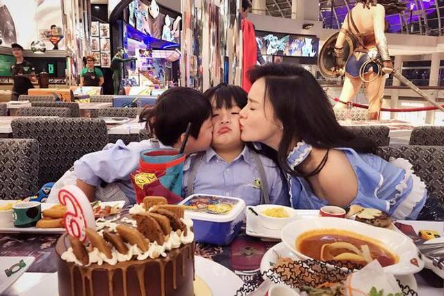 轩轩享受弟弟妈妈香吻好幸福