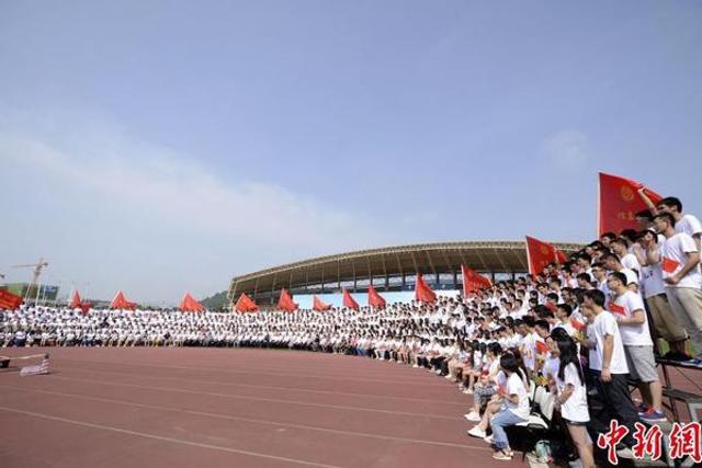 中南大学毕业典礼拍千人毕业照