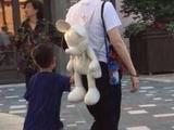 邓超一家畅玩迪士尼乐园!