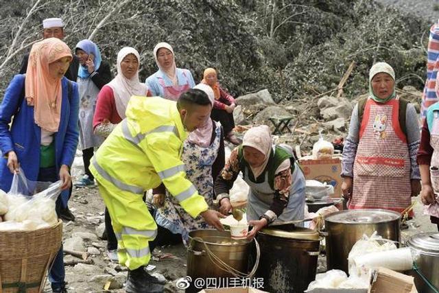 暖心!茂县村民为灾区送饭