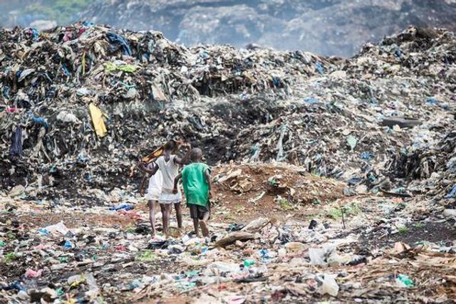埃博拉病毒过后孤儿捡垃圾为生
