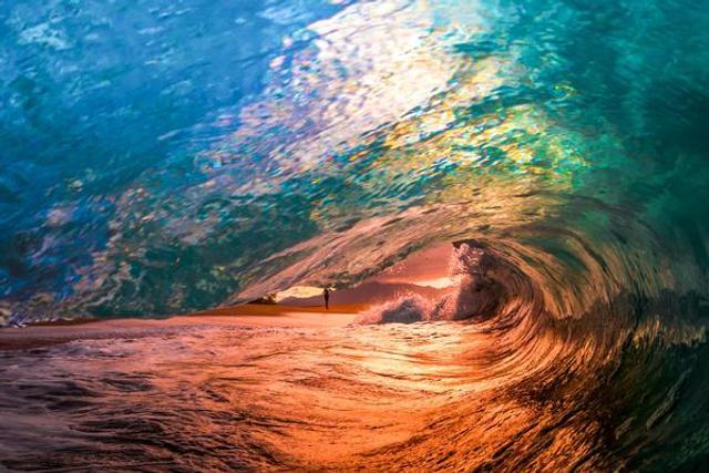 海上调色板:五彩海浪惊艳梦幻